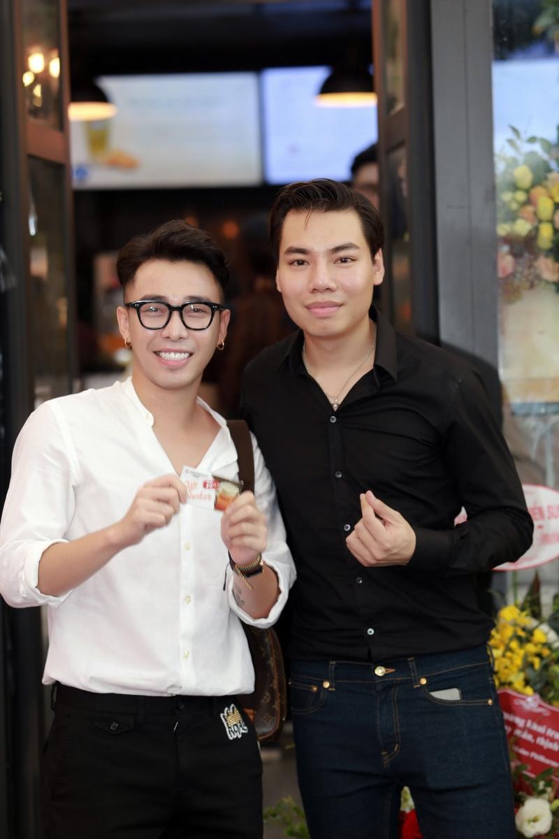 Stylist Hoàng Ku cũng có mặt. Anh là bạn thân thiết của Hồng Quang Minh, người chung vốn kinh doanh tiệm trà sữa cùng ca sĩ Hà Anh.