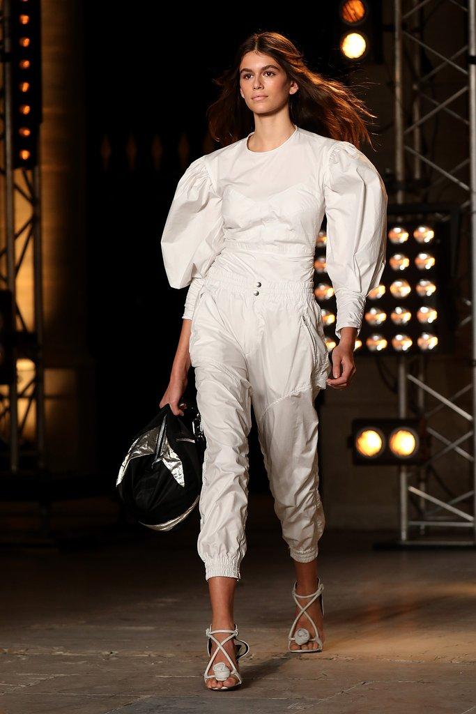 Nét đẹp trẻ trung của Kaia Gerber đã nâng tầm thiết kế đơn sắc từ Isabel Marrant.