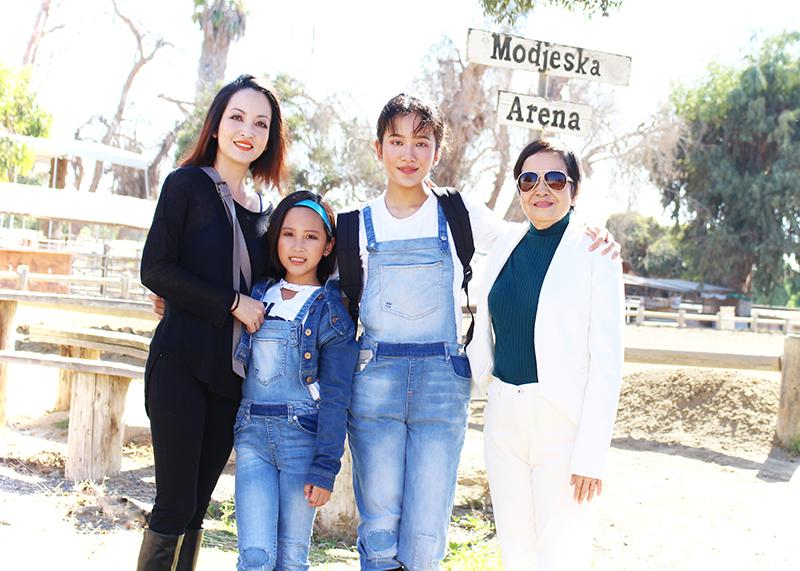 Gia đình hai con gái và mẹ Linh Nga ở Mỹ.