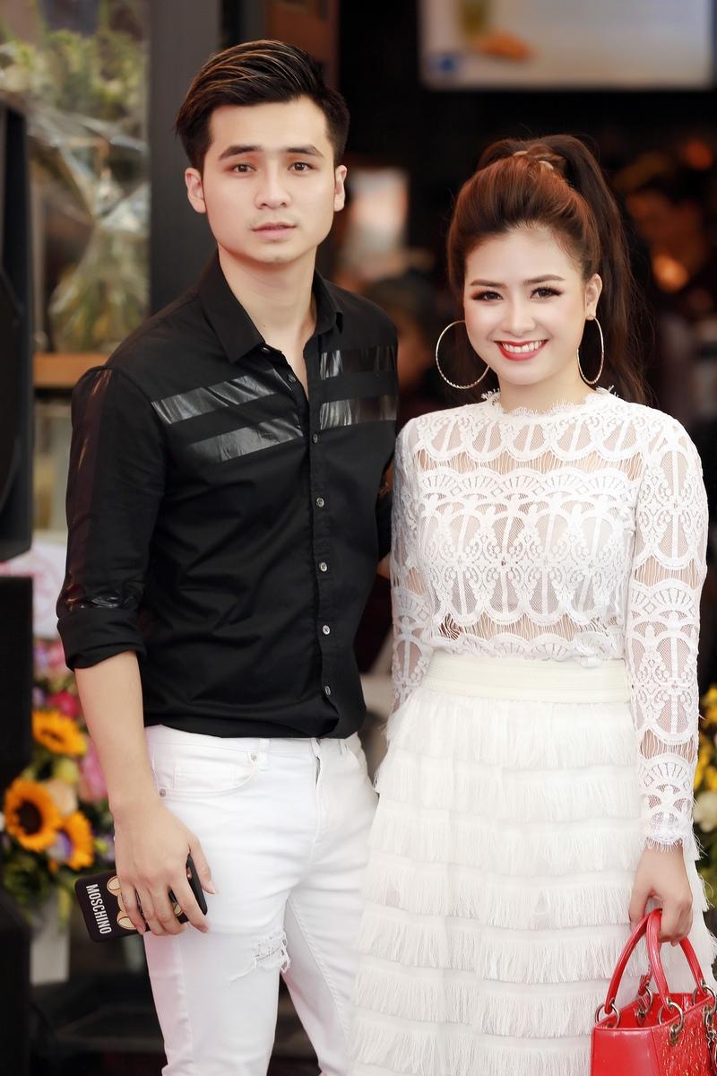 Hà Anh và Dương Hoàng Yến từng là một cặp đôi đẹp của làng nhạc phía Bắc. Gần đây họ xác nhận chia tay, nhưng cả hai vẫn xuất hiện bên cạnh nhau trong các sự kiện quan trọng. Họ cho biết vẫn quan tâm và dành cho nhau tình cảm trân trọng như hai người bạn thân thiết.