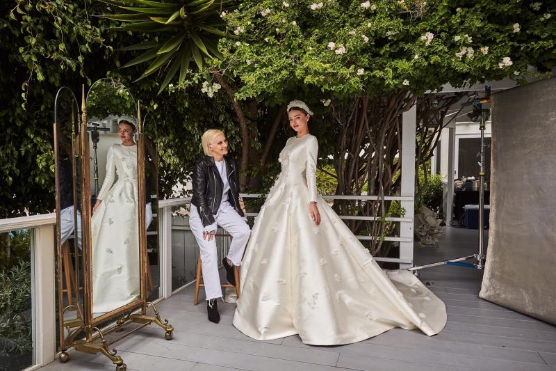 NTK Maria Grazia Chiuri (trái) - Giám đốc Sáng tạo đương nhiệm của Dior - và Miranda Kerr trong thiết kế đầm cưới cũng bằng chất liệu lụa mikado được điểm xuyết những bông hoa linh lan.
