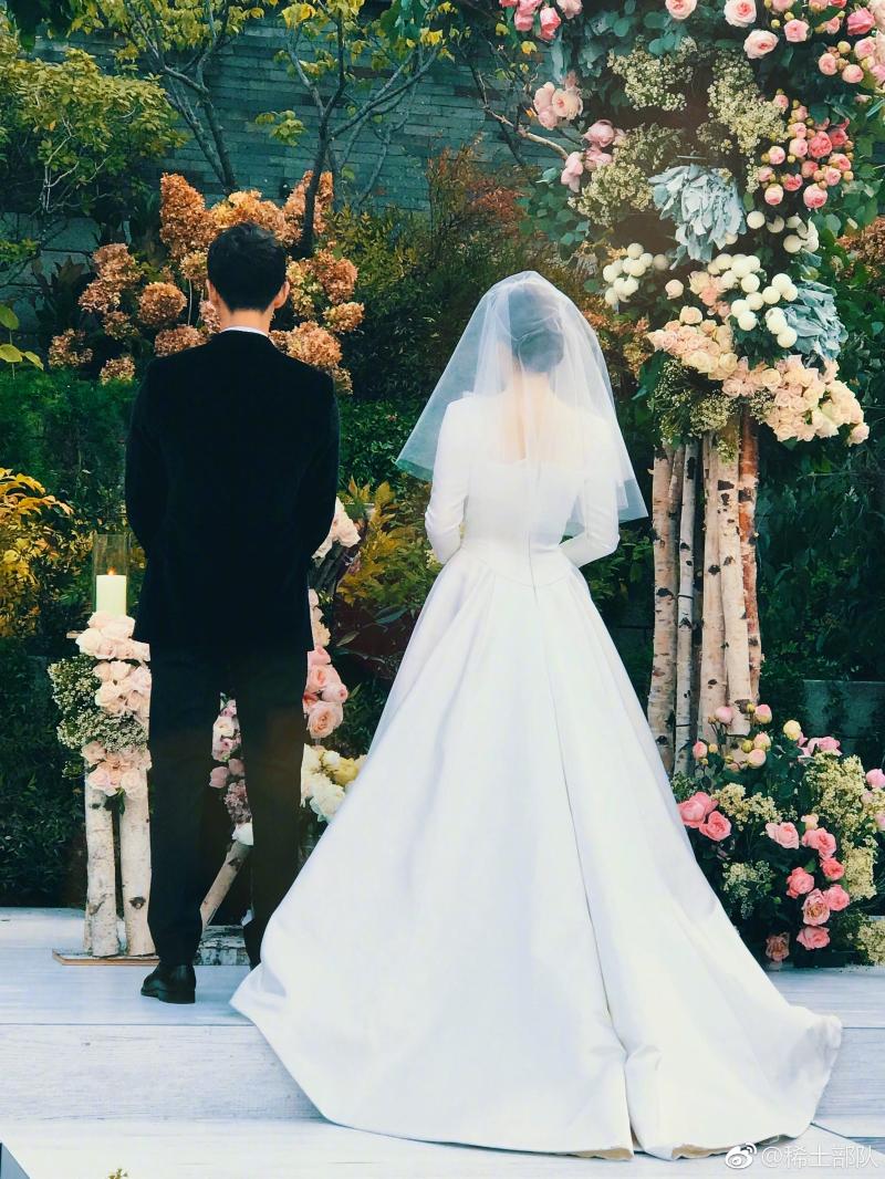 Thiết kế váy cưới của Dior ý nhị để lộ phần cổ và lưng của cô dâu.