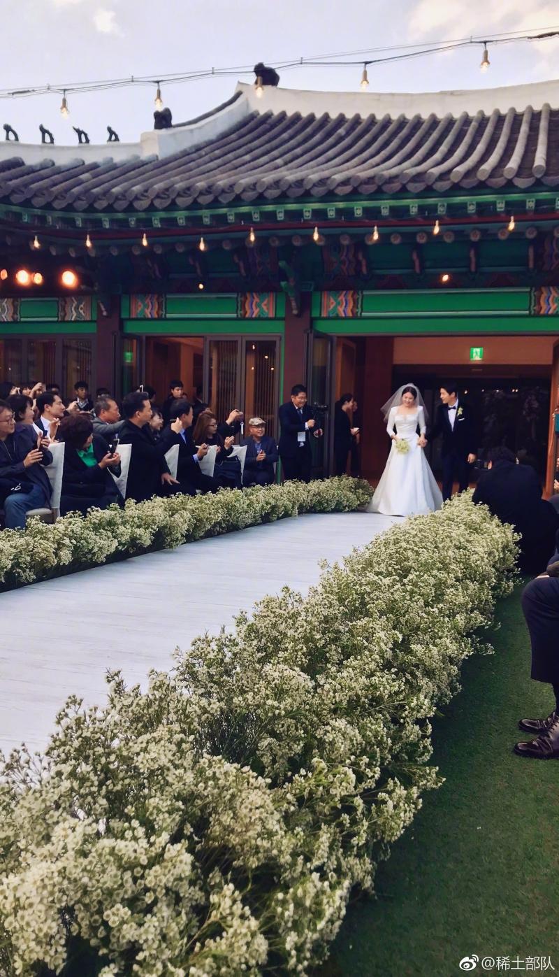 Song Hye Kyo và Song Joong Ki tiến vào lễ đường