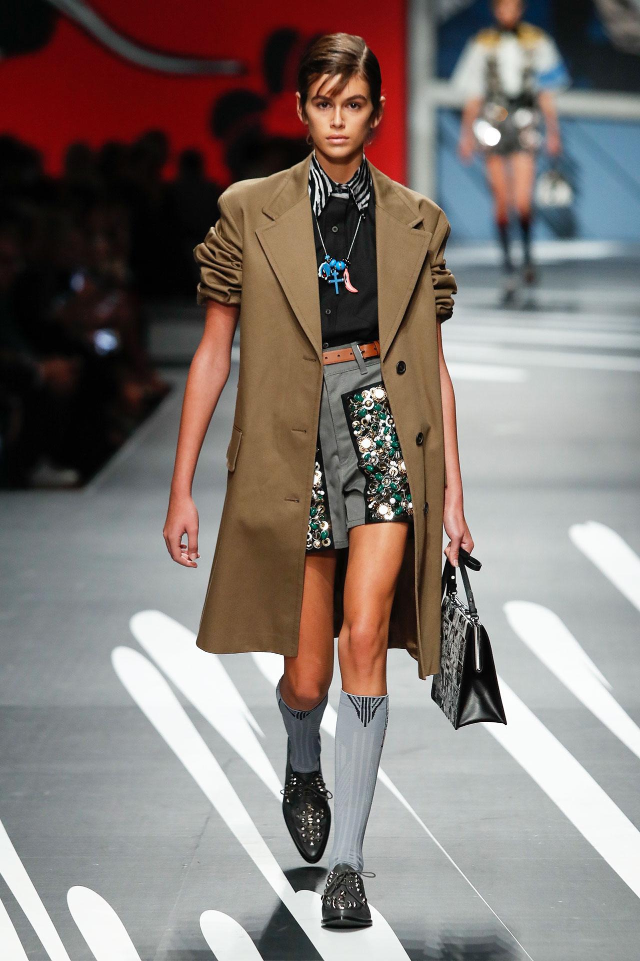 """Xuất hiện tại Prada - show diễn """"đắt giá"""" nhất tại tuần lễ thời trang Milan; sự nghiệp của Kaia Gerber chắc chắn sẽ còn tiếp tục tiến rất xa nữa."""