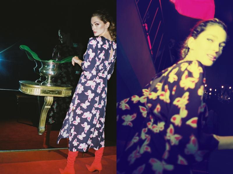 Cho buổi đi chơi tối tại Buenos Aires, Sofía Sanchez de Betak chọn cho mình một chiếc đầm lụa dài màu tím than với những họa tiết cánh bướm sinh động; phối cùng đôi boots cao gót cổ cao màu đỏ tạo nên tổng thể ấn tượng: trẻ trung, nữ tính và cá tính.