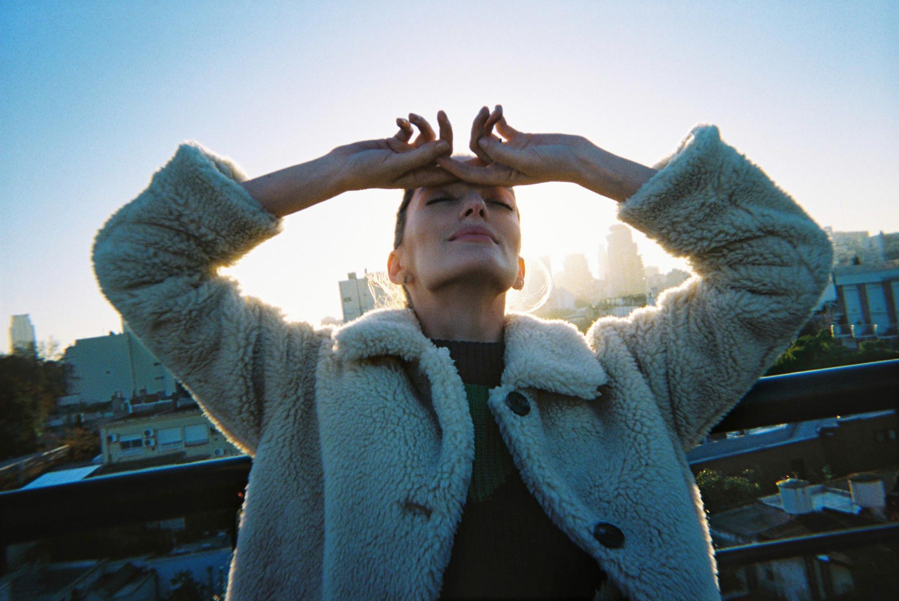 """Khi trời trở rét, chiếc áo len không thể đủ giữ ấm cho bạn, cũng là lúc những chiếc áo khoác lông shearling trở thành """"trợ thủ"""" đắc lực, vừa giữ ấm, vừa tạo phong cách nổi bật cho ngày đông giá rét."""
