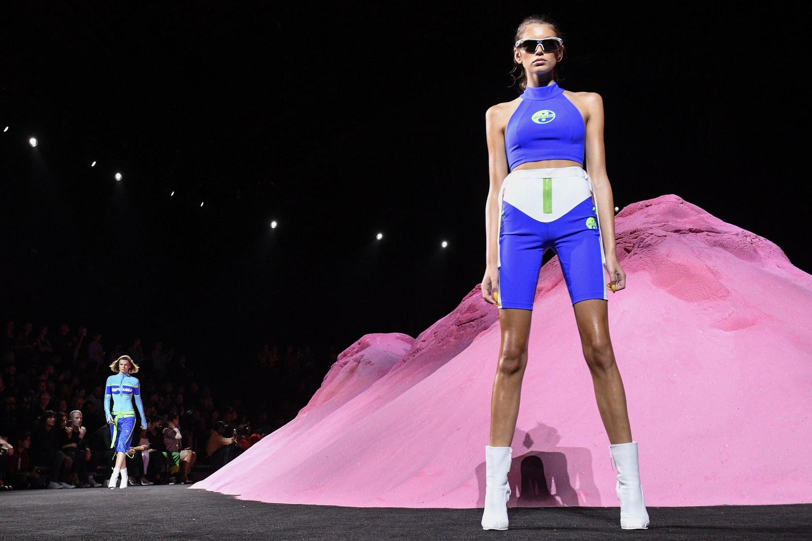 Phong cách của người mẫu trẻ thay đổi 180o khi xuất hiện trong show diễn Puma x Fenty của nữ ca sĩ Rihanna kết hợp cùng nhà mốt thể thao danh tiếng.