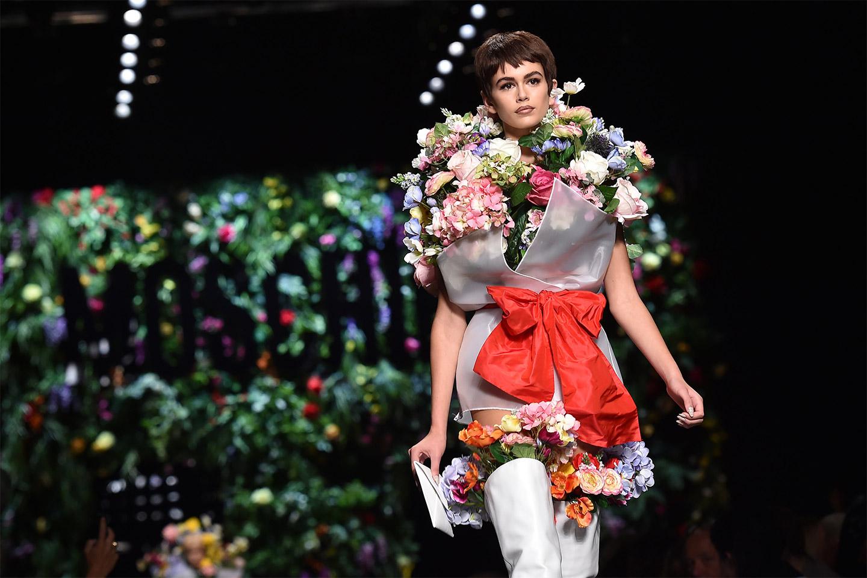 Chính vì thế, nàng mẫu trẻ được giám đốc sáng tạo Jeremy Scott ưu ái giao cho trình diễn đến tận 2 thiết kế từ bộ sưu tập tràn đầy màu sắc của mình.