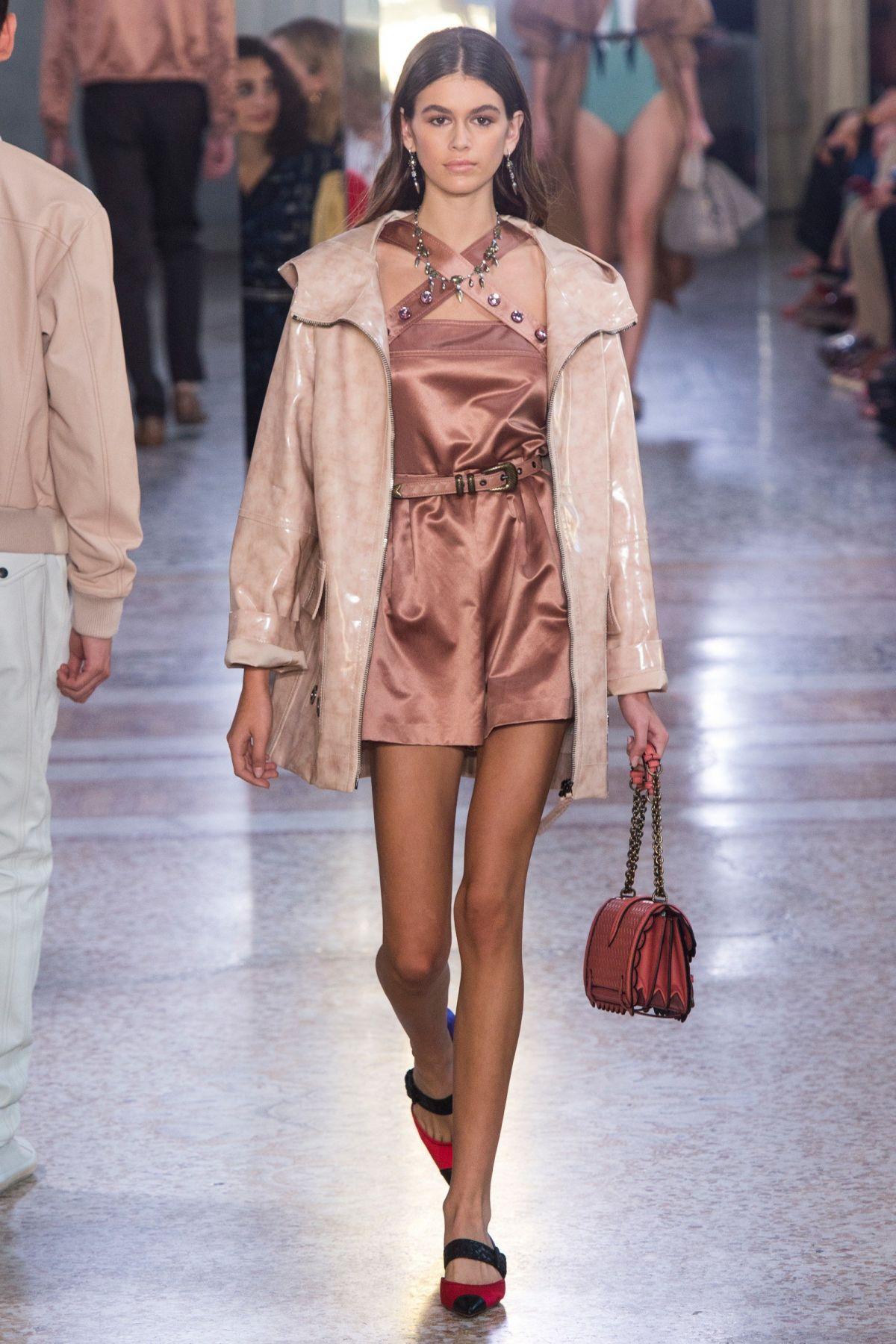 Tông màu trung tính của những thiết kế Xuân Hè 2018 từ Bottega Veneta càng tôn lên vẻ đẹp rạng ngời của nàng mẫu trẻ.