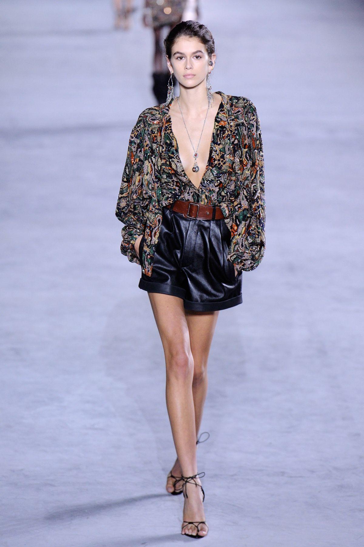 Sự gợi cảm của những thiết kế Saint Laurent không hề khiến người mẫu 16 tuổi phải ngần ngại.