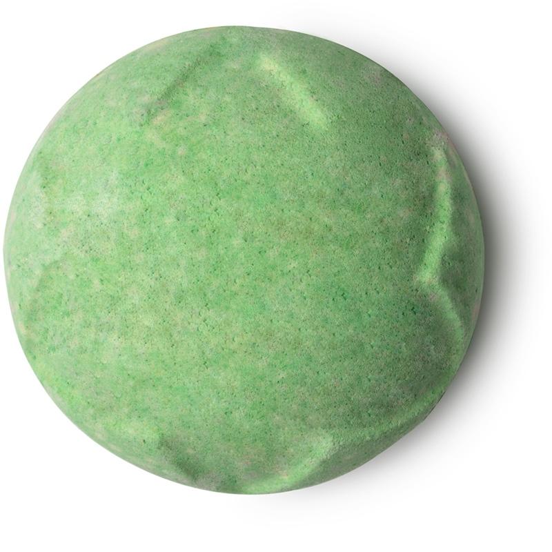 Lush Lord Of Misrule Bath Bomb (7.75USD, khoảng 175.000VND): Là trái bom tắm dành cho những ai yêu thích các mùi hương thảo mộc.