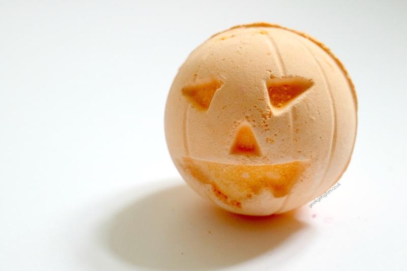 Lush Pumpkin Bath Bomb (7,75USD, khoảng 175.000VND): Trái bom tắm hình bí ngô với hương thơm vanilla và quế không thể thiếu vào mỗi dịp Halloween.