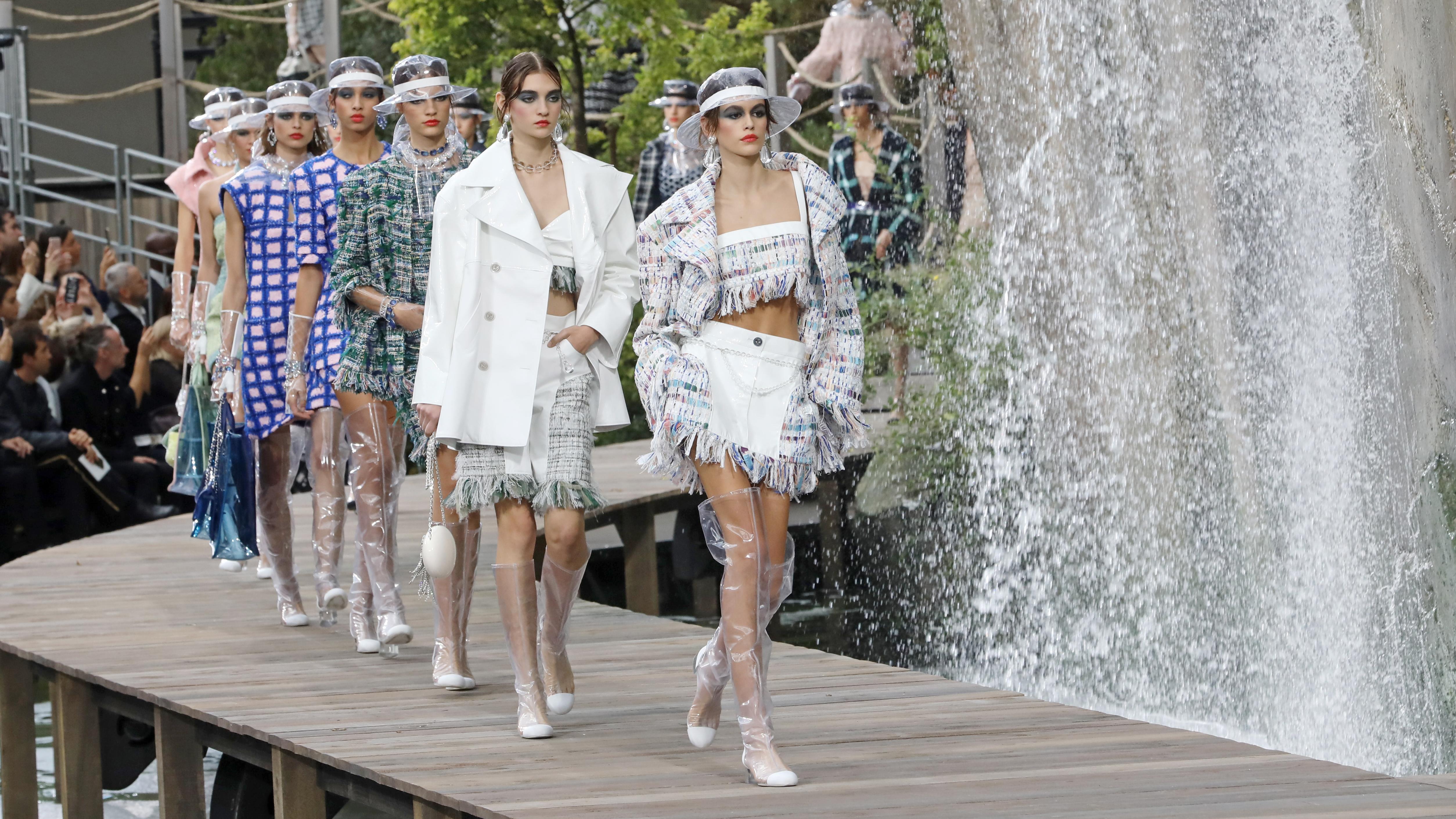 Kaia Gerber kết thúc mùa Xuân Hè 2018 không thể thành công hơn khi cô được chọn làm gương mặt mở màn cho show diễn độc đáo của Chanel.