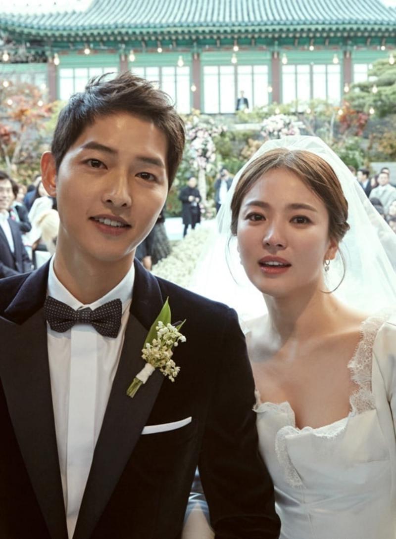 Váy cưới của cô dâu có những đường diềm bằng ren trên chất liệu lụa mikado.