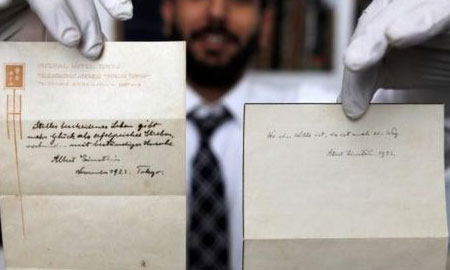 """Hai tờ ghi chú về """"Thuyết Hạnh phúc"""" có mức giá kỷ lục của Albert Einstein viết gì?"""