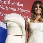 Trang phục của Đệ nhất phu nhân Melania Trump được trưng bày trong bảo tàng quốc gia Mỹ