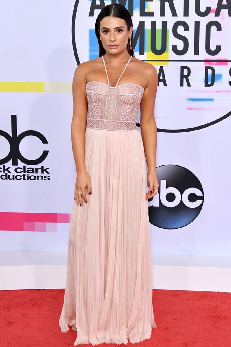 """Ngôi sao của """"Glee"""" Lea Michele nữ tính trong thiết kế của J.Mendel mang màu hồng đào nhẹ nhàng."""