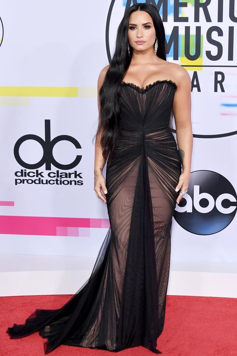 Demi Lovato sang trọng và quyến rũ trong trang phục của Ester Abner và trang sức của Gismondi.