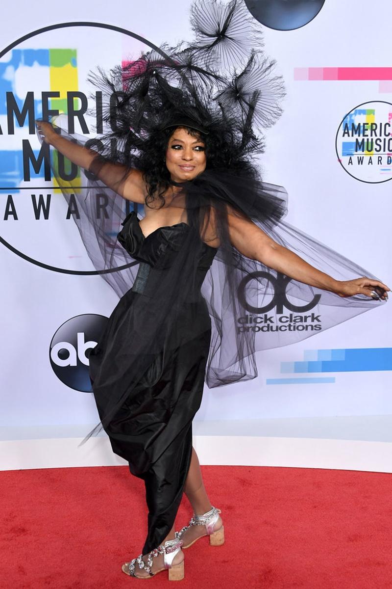 """Cũng chọn trang phục đen tuyền, """"bà hoàng"""" Diana Ross vui tươi xuất hiện trên thảm đỏ của American Music Awards 2017. Bà nhận giải Thành tựu Trọn đời của AMA 2017."""