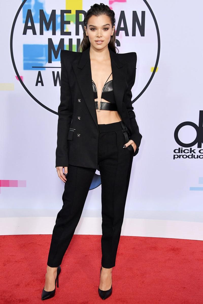 """Nữ ca sĩ kiêm diễn viên Hailee Steinfeld, ngôi sao trong phim """"Pitch Perfect 3"""" sắp chiếu dịp Giáng sinh tới đây, cá tính với bộ tuxedo của Mugler."""