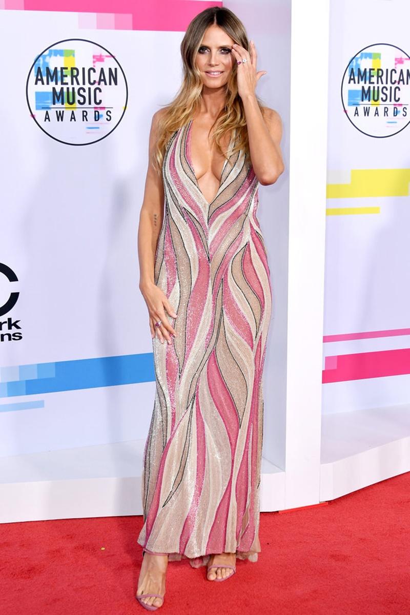 """""""Bà mẹ bốn con"""" Heidi Klum vẫn tự tin khoe dáng ngọc trong thiết kế đầm vintage đính kim sa của Versace mang tông màu nữ tính. Cô phối cùng sandals cao gót quai mảnh của Giuseppe Zanotti."""