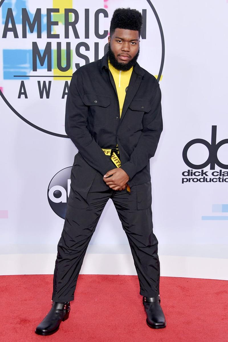 Rapper Khalid mặc thiết kế của OFF-WHITE với tông màu đen chủ đạo.