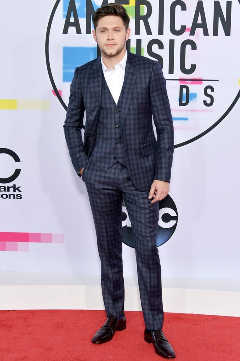 Niall Horan tiếp tục phát huy phong cách một quý ông lịch lãm với bộ tuxedo kẻ ô vuông cùng sơ mi trắng mở khuy cổ.