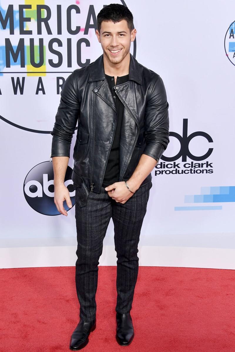 """Nick Jonas cũng nằm trong danh sách những ngôi sao mặc """"all black"""" trên thảm đỏ AMA 2017."""