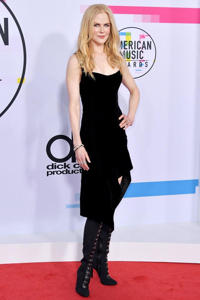Nicole Kidman chọn cho mình bộ đầm đen của Olivier Theyskens phối cùng boots của Giuseppe Zanotti.