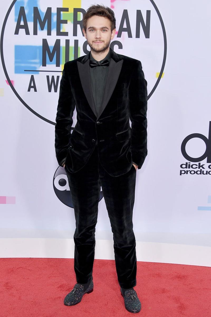 DJ Zedd lịch lãm với bộ tuxedo bằng nhung.