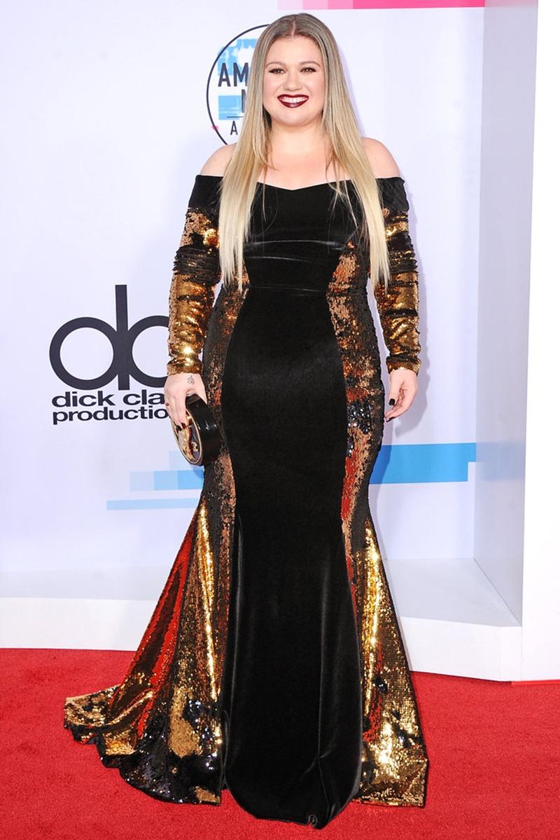 Kelly Clarkson tươi tắn rạng rỡ trong bộ đầm trễ vai của Christian Siriano.