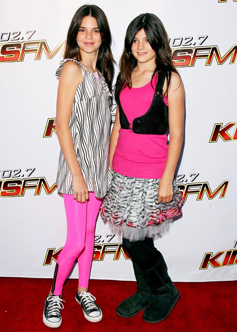 Chập chững xuất hiện lần đầu trên thảm đỏ bên cạnh chị gái Kendall Jenner vào năm 12 tuổi, Kylie Jenner chọn cho mình một chiếc váy tươi tắn hoàn toàn phù hợp với lứa tuổi của mình, kết hợp với đôi boots Uggs vô cùng thoải mái.