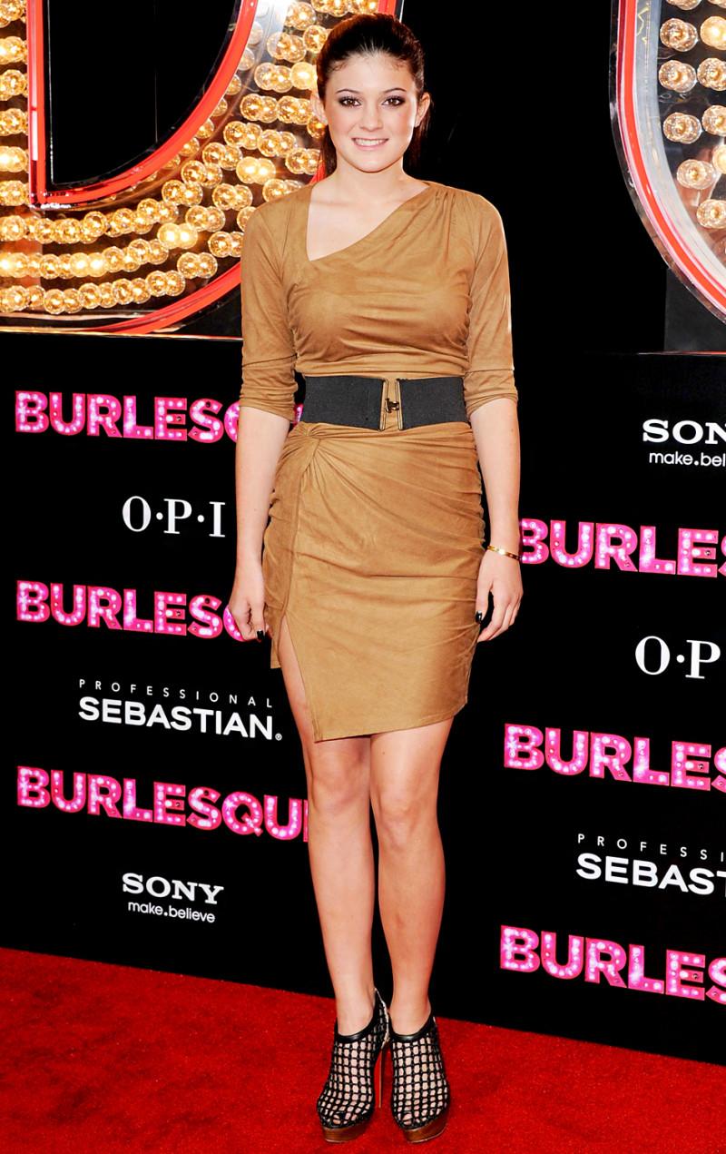Chọn một thiết kế váy ôm tông màu đất đầy gợi cảm, Kylie Jenner ghi điểm tuyệt đối tại buổi ra mắt phim Burlesque của nữ ca sĩ Christina Aguilera.