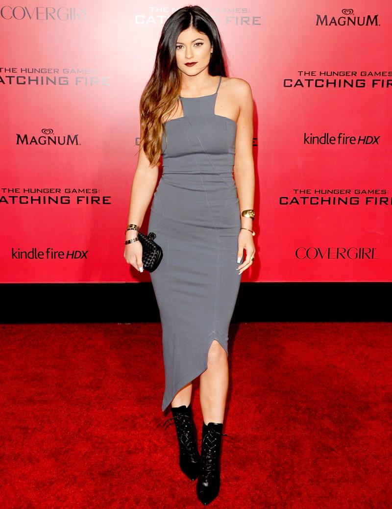 Ra vẻ người lớn với thiết kế gợi cảm, mọi ánh nhìn dồn về Kylie Jenner trong buổi ra mắt phim The Hunger Games.