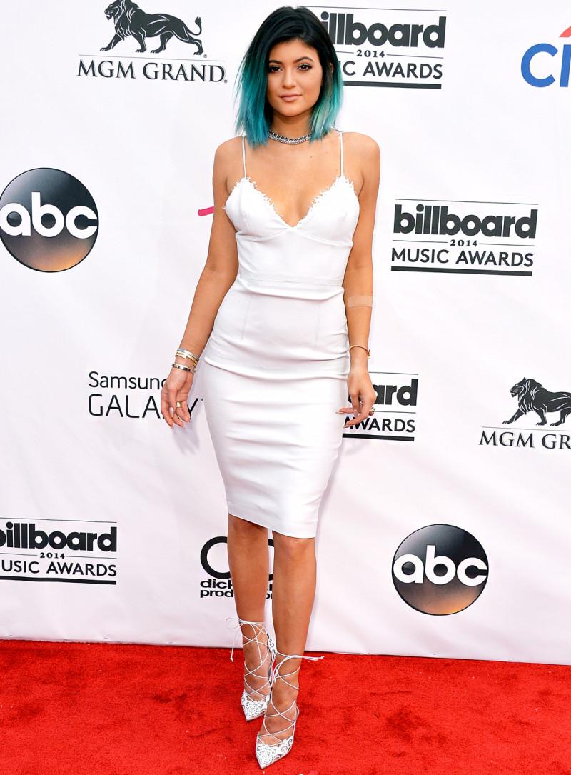 Năm 2014 đánh dấu sự lột xác của Kylie Jenner. Gây ấn tượng đặc biệt với mái tóc nhuộm ombre màu xanh, Kylie Jenner thể hiện rõ quyết tâm chinh phục thế giới thời trang của mình.