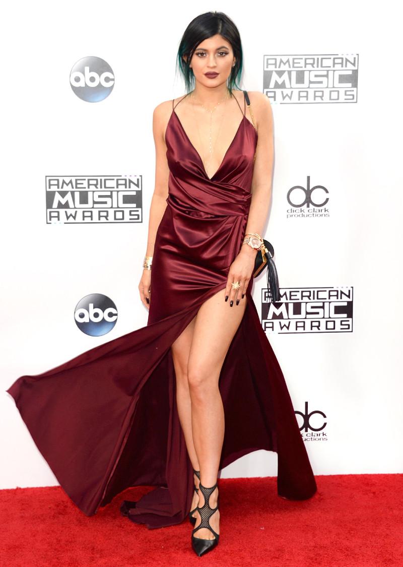 Tiếp tục trung thành với Alexandre Vauthier, nàng hot girl lại tiếp tục trở thành nữ hoàng thảm đỏ của lễ trao giải AMA 2014.