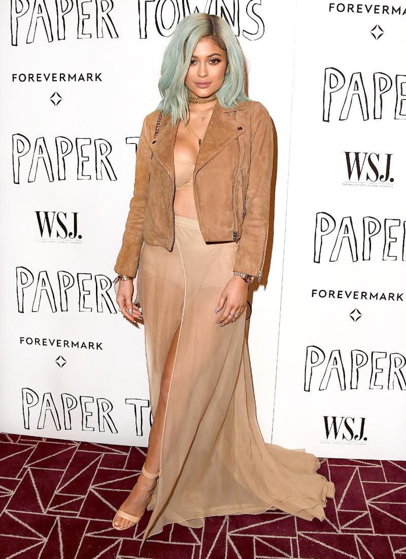 Tông màu trung tính đã trở thành nét đặc trưng của phong cách Kylie Jenner.