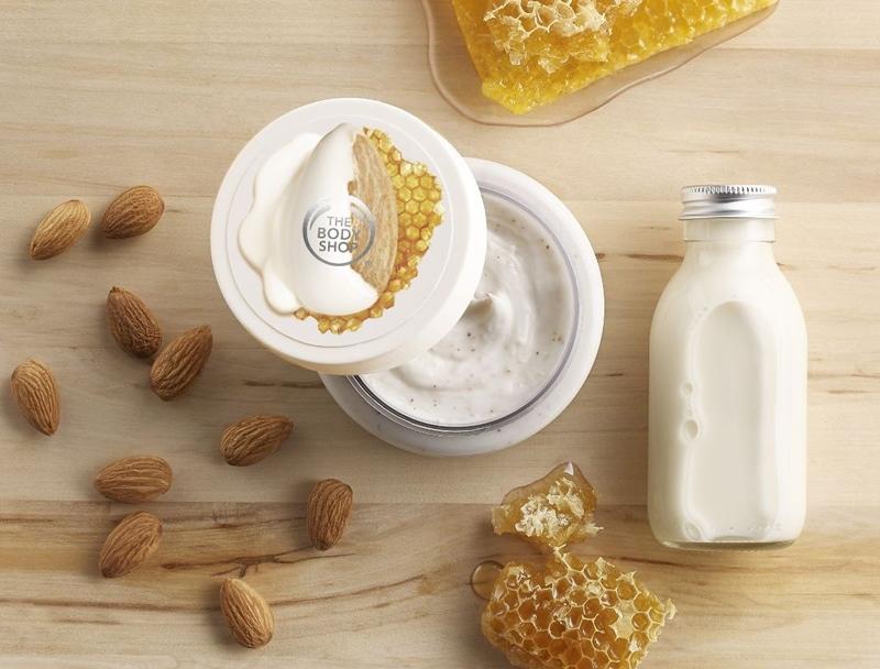 Tẩy tế bào chết The Body Shop Almond Milk & Honey (730.000VNĐ) Chiết xuất từ sữa hạnh nhân tinh khiết từ Tây Ban Nha và mật ong Ethiopia trong chương trình Th, công thức dòng Almond Milk &Honey đ