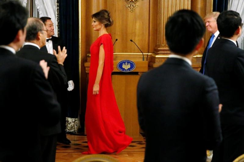 Cho buổi tiệc tối tại Tokyo, Melania Trump chọn mặc thiết kế của Valentino với tông màu đỏ đặc trưng của nhà mốt lừng lẫy từ thành phố Rome, Ý.