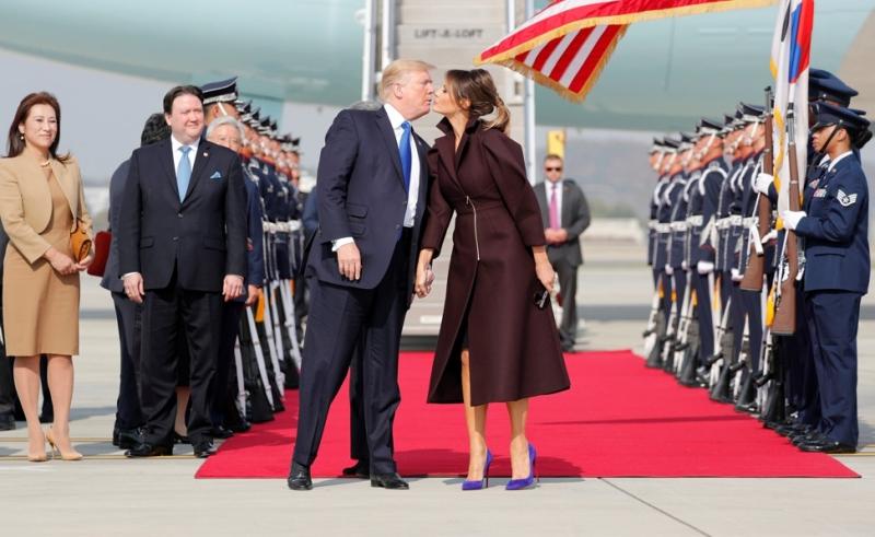 Đến Seoul, Hàn Quốc, Melania Trump bước khỏi chiếc chuyên cơ Air Force One trong một thiết kế ấn tượng của nhà mốt Delpozo từ Tây Ban Nha.