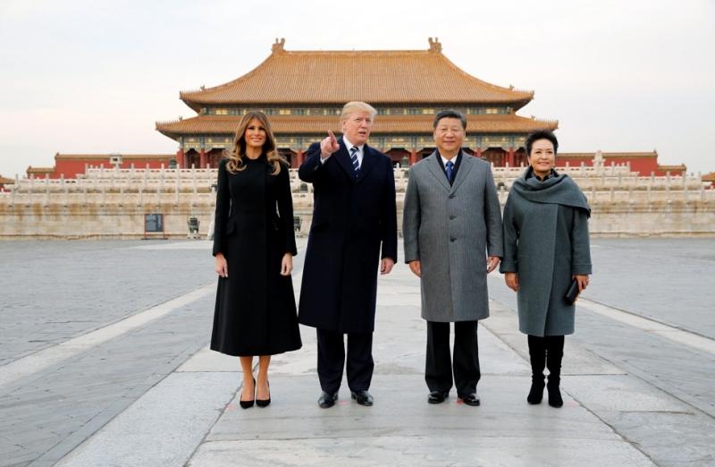 Dolce & Gabbana là thương hiệu ưa thích của bà Melania Trump và điều này đã được chứng tỏ trong suốt một năm qua, bà liên tục chọn mặc trang phục của thương hiệu lừng lẫy từ Ý cho những sự kiện trọng đại. Trong hình, bà Melania Trump mặc chiếc áo khoác dáng đầm màu đen của Dolce & Gabbana phối cùng giày cao gót màu đen khi cùng chồng đến Bắc Kinh, Trung Quốc.