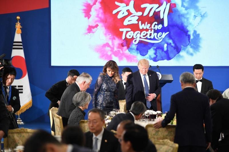 """Tại buổi tiệc tối chào đón ở Seoul, bà Melania Trump tiếp tục gây bất ngờ với thiết kế gợi cảm nhưng vẫn giữ được vẻ chừng mực cần thiết. Chiếc đầm ren xuyên thấu của thương hiệu J.Mendel ở New York được """"điểm trang"""" những hạt pha lê lấp lánh tôn lên phong cách sang trọng cho Đệ nhất Phu nhân Mỹ."""