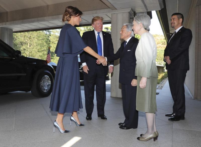 Đến gặp Thiên hoàng Nhật Bản Akihito (thứ hai từ phải qua) và Hoàng hậu Michiko, bà Melania Trump chọn mặc thiết kế màu xanh navy của Dior với phần tay áo rộng.