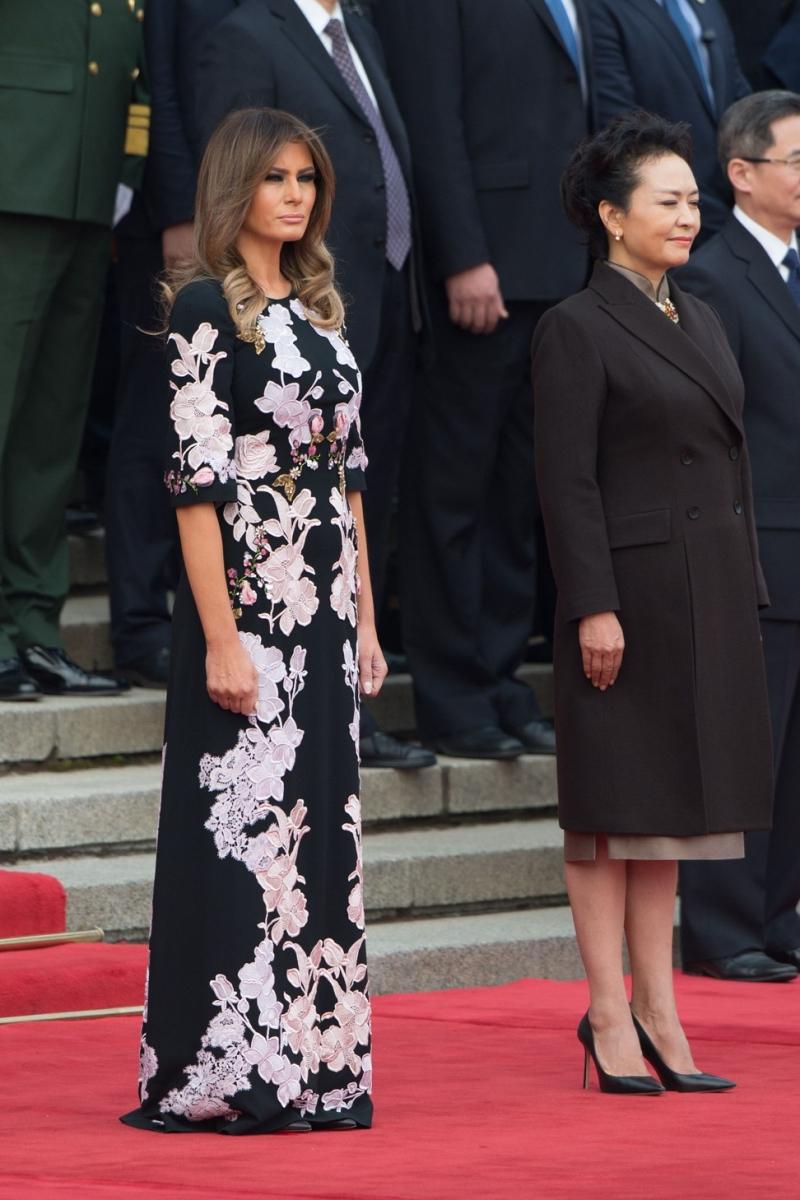 Tại Đại lễ đường Nhân dân Bắc Kinh, bà Melania Trump mặc chiếc đầm hoa đối xứng của Dolce & Gabbana cạnh bà Bành Lệ Viên (phải) - Đệ Nhất Phu nhân Cộng hòa Nhân dân Trung Hoa, vợ của Chủ tịch Tập Cận Bình.