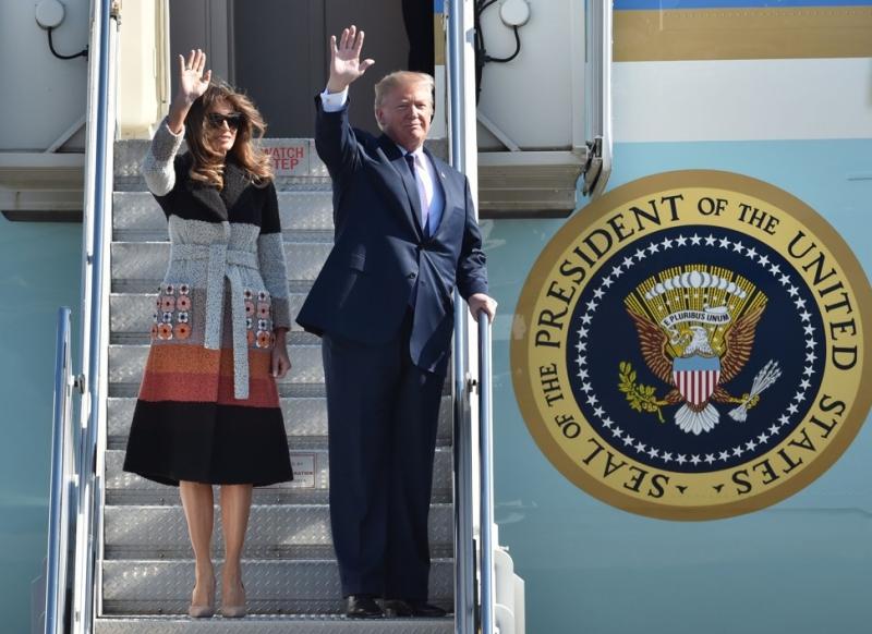 Đệ nhất Phu nhân Melania Trump cùng chồng bước ra khỏi chuyên cơ Air Force One tại Nhật Bản. Bà mặc chiếc áo khoác của Fendi phối color block cùng những bông hoa trang trí túi hai bên.