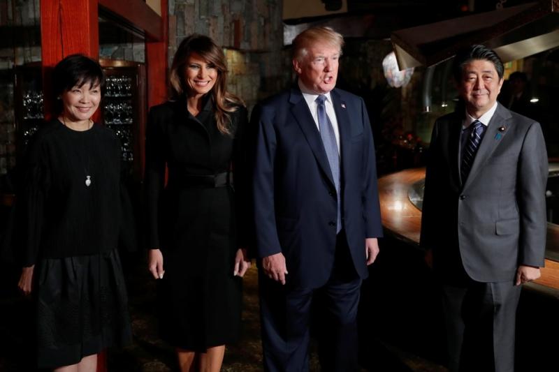Bà mặc một thiết kế của Hervé Pierre khi cùng Tổng thống Mỹ Donald Trump đến gặp Thủ tướng Nhật Bản Shinzo Abe (phải) và vợ. Thiết kế với tông màu đen chủ đạo làm nổi bật phong thái của Đệ nhất Phu nhân Mỹ.