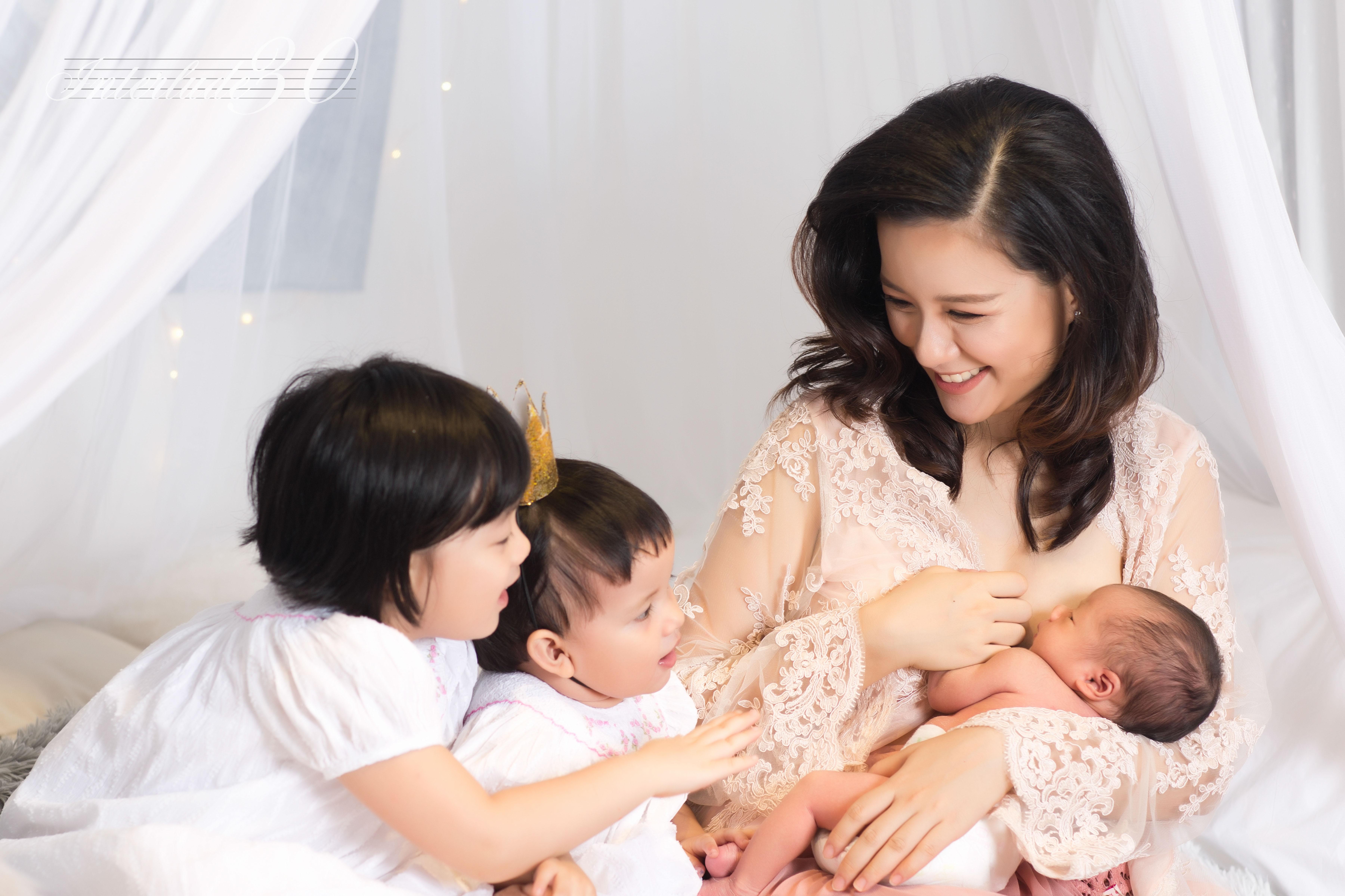 """MC Minh Trang: """"30 tuổi, 3 đứa con – tôi thấy mình viên mãn trong sự lộn xộn của lũ trẻ"""""""
