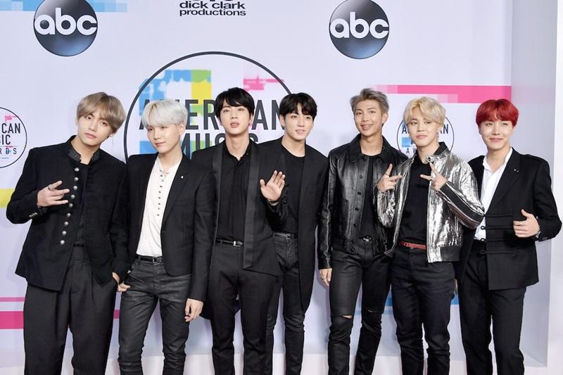 Nhóm nhạc BTS đến từ Hàn Quốc cũng khoác lên mình những bộ trang phục với tông màu đen chủ đạo xuyên suốt.