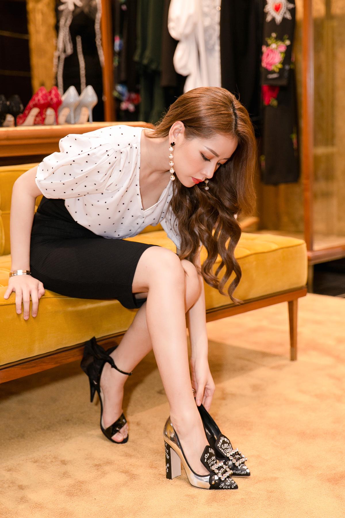 Cô cũng ướm thử đôi giày từ sàn catwalk trong BST Thu Đông 2017 của Dolce & Gabbana