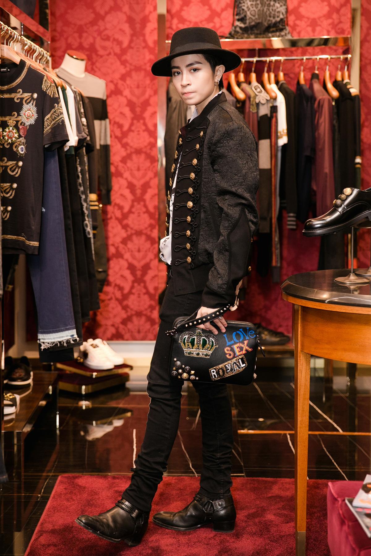"""Gil Lê sẽ mặc bộ trang phục """"all-black"""" cùng túi xách cá tính..."""
